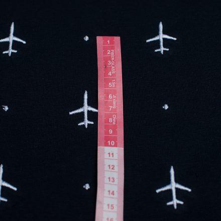 Трьохнитка літаки на темно-синьому